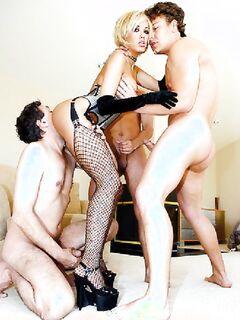 Порнозвезда достойно выдерживает тройное вхождение