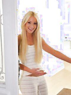 Горячая блондинка с круглой попой даёт себя трахнуть.