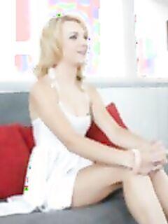 Гибкая блондиночка показывает интимные дырки на кастинге