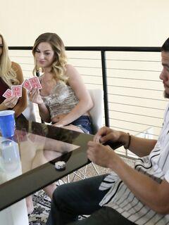 Парень проиграл в карты и выебал двух красивых блондинок