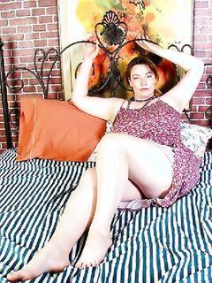 Толстушка показывает свою грудь