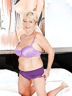 Сексуально озабоченная дама с большими дойками в сереневом белье