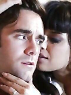 Порнозвезда Мерседес Каррера смачно отсасывает и трахается с парнем в киску.