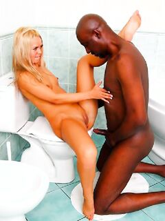 Секс с негром в туалете