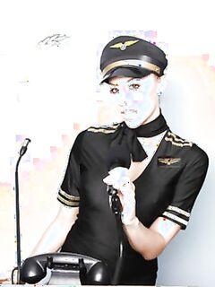 Очаровательная стюардесса готовится принимать клиентов