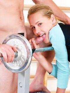 Молодая девочка захотела анала со спортивным мужиком