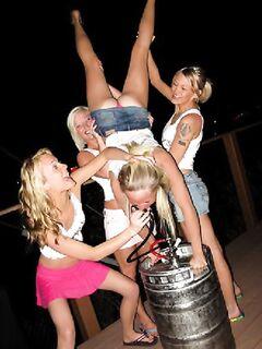 Пьяные и горячие телки шалят своими язычками