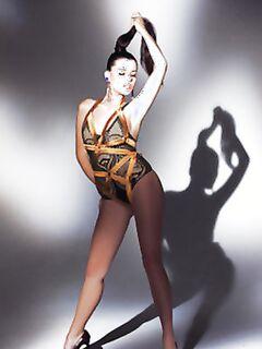 Сисястая гимнастка показывает выбритую киску в гибких позах