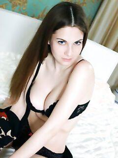 Грудастая блудница в кровати демонстрирует побритую пилотку