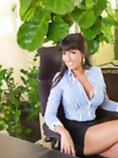 Латинская секретарша трахается с молодым боссом после работы