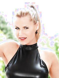 Страстная блондинка на высоких каблуках Сандра Хилл играет с чёрным вибратором.