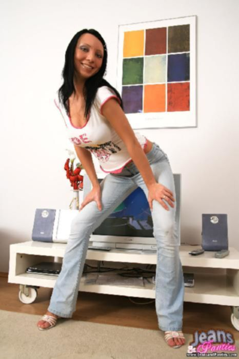 Брюнетка в голубых облегающих джинсах