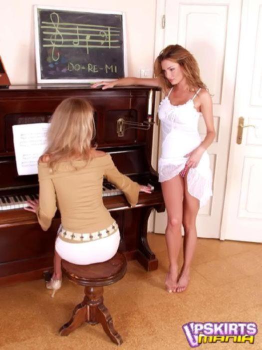 Лесбиянка в короткой юбке