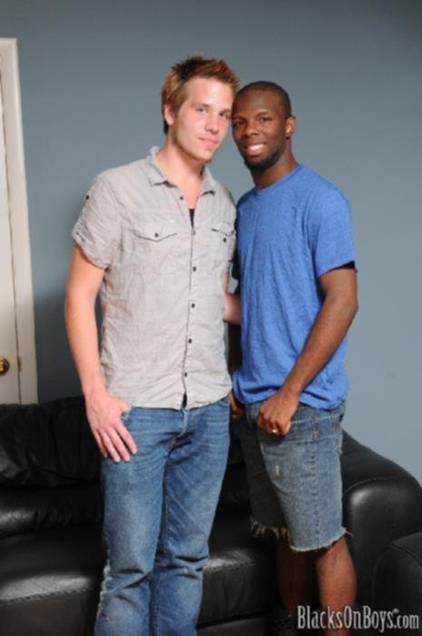 Два гея трахают друг друга в попку
