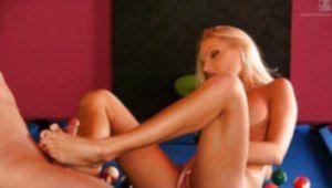 Высокая блондинка дрочит жилистый пенис длинными ножками