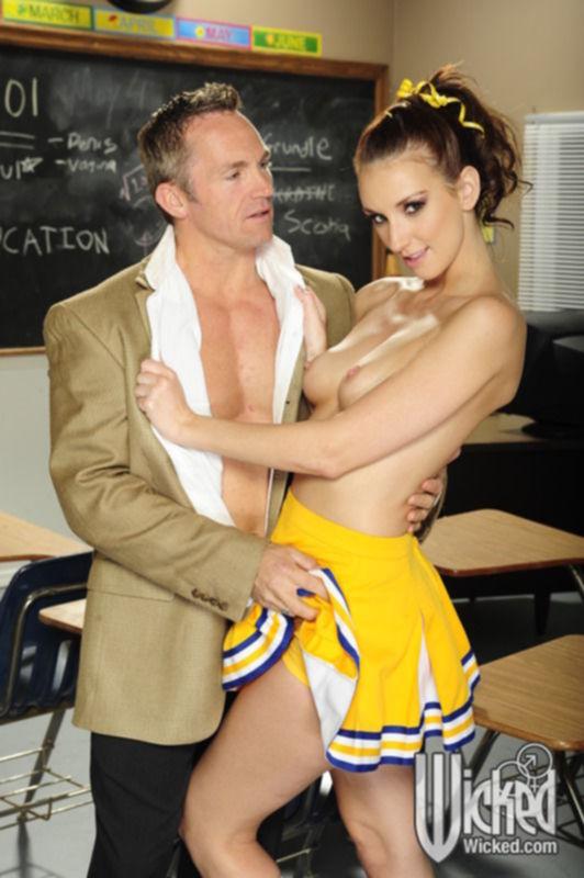 Кудрявая черлидерша занялась сексом с преподавателем