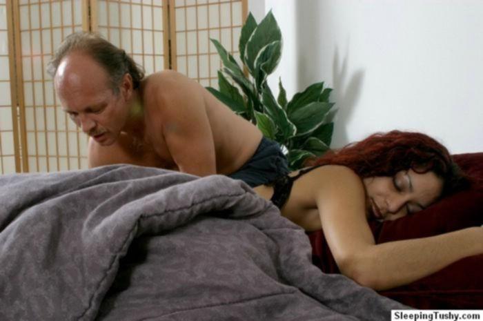 Мужик кончил в спящую девушку