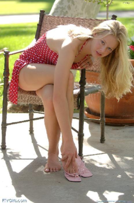Молоденькая блонда тыкает в киску пальчиками