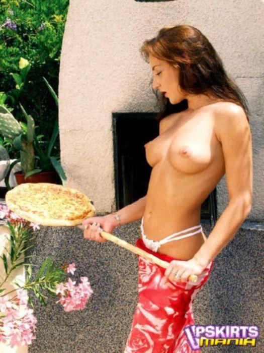Женщина с красивым телом ласкает свою пизденку под мокрыми трусами