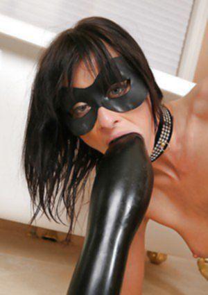 Фетишистка в маске разрывает задницу гигантским фаллоимитатором