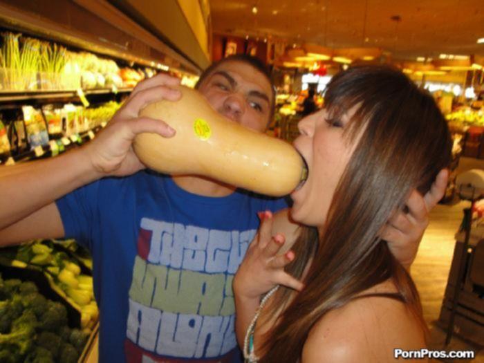 Титькатая подруга согласилась на секс с продавцом магазина