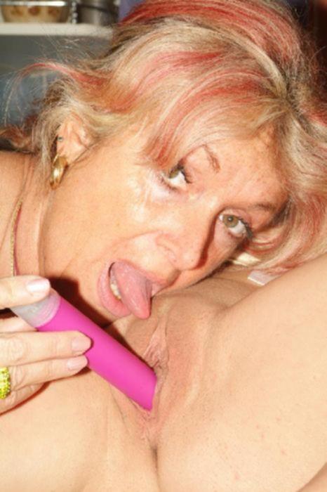 Зрелая женщина лижет пизду тинейджерки