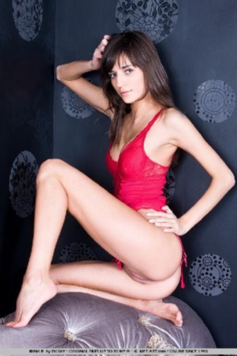 Красотка в секси белье устроила стриптиз
