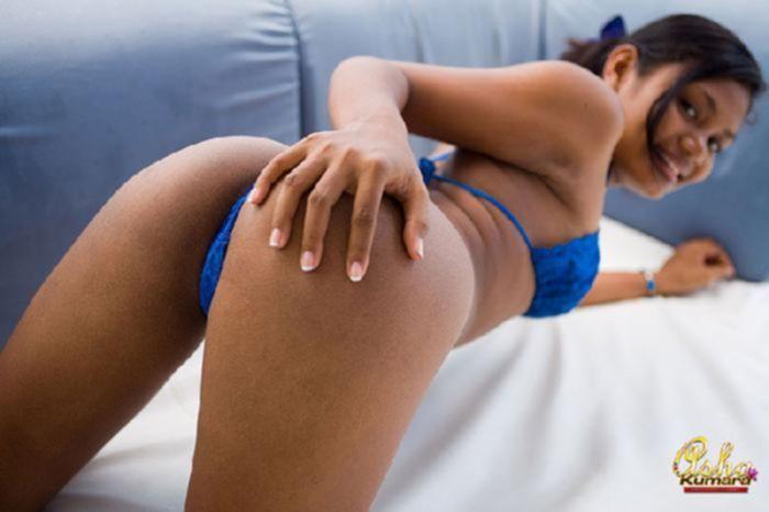 Красивая индианка показывает свое загорелое и идеальное тело перед тугим сексом