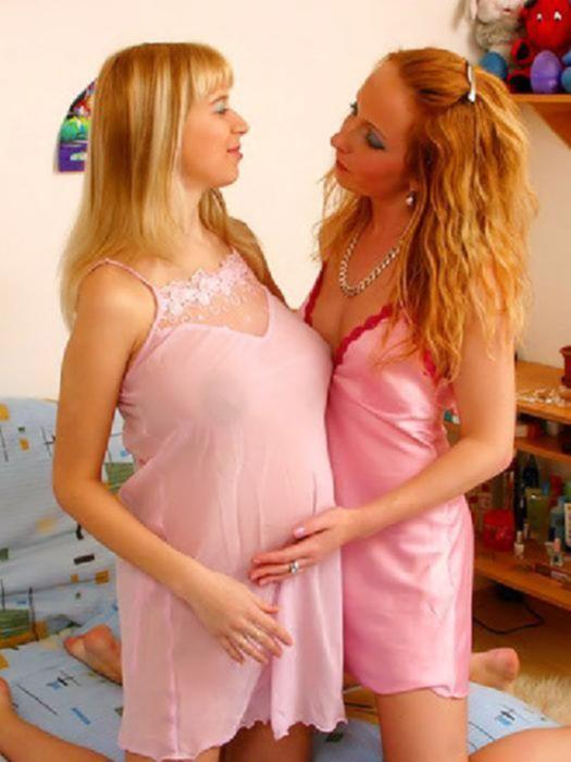Молодая беременная шлюха позвала в гости к себе подругу