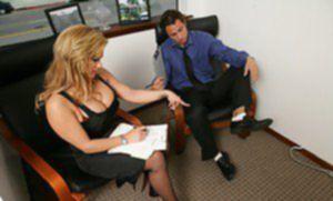 Наглый босс загоняет огромный член в письку полненькой секретарши