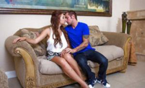 Кудрявую девицу жестко ебут на диване