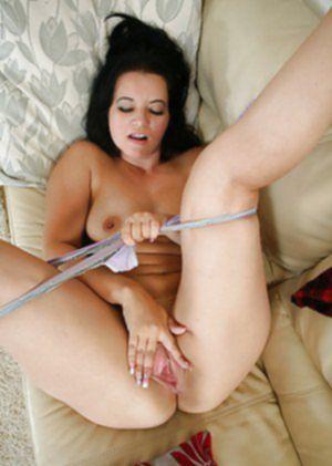 Пьяненькая дамочка мастурбирует на диване побритую пилотку