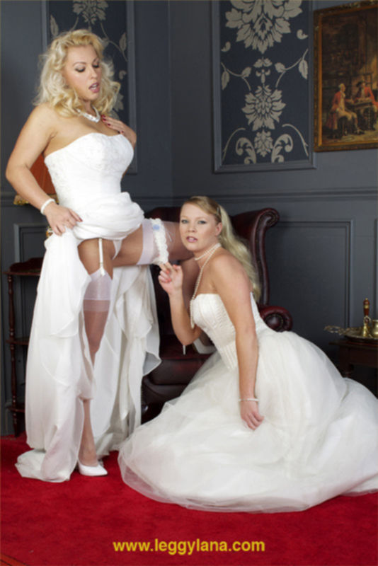 Невесты-лесбиянки в свадебных платьях полизались накануне застолья