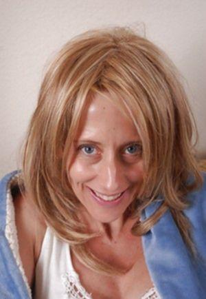 Зрелая блондинка показала пирсингованную манду