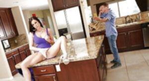 Молодая брюнетка трахается со своим парнем и с подругой.Секс втроём.