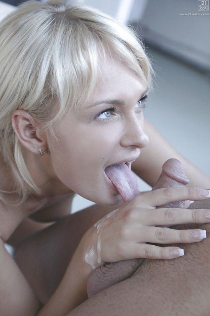 Похотливая блондинка жадно сосет и пьет сперму