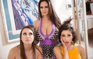 Две лесбиянки с большими дойками вылизывают пизду подружки