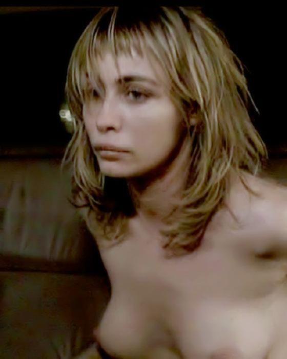 Сексапильная знаменитость показывает упругую грудь и волосатую пизду