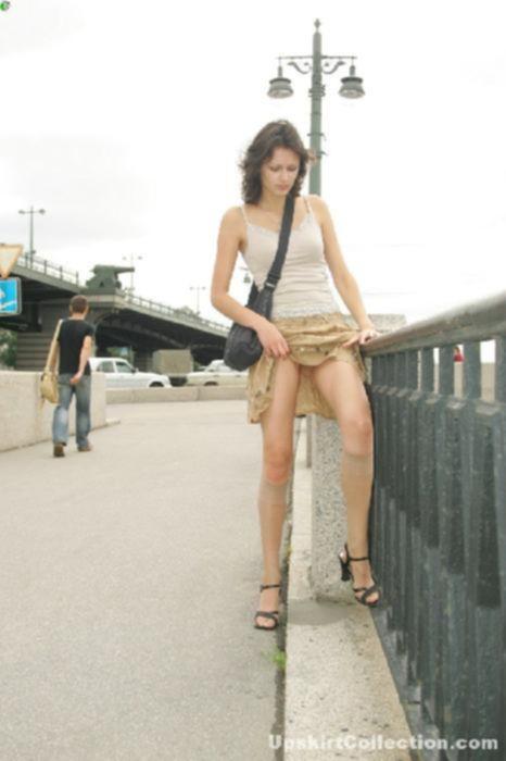 Сучка с мохнатой пиздой в короткой юбке прогуливается без нижнего белья