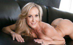 Блондинистая дамочка светит большими буферами на диване
