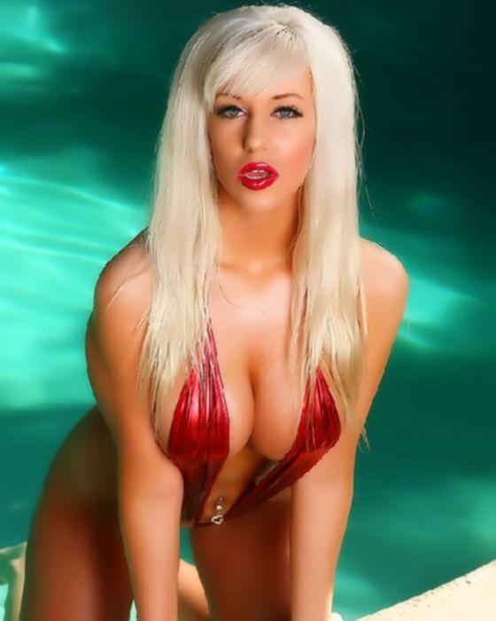 Сексапильная девушка блондинка с 4-м размером груди решила пошалить на камеру