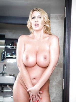 Мамочка раздевается на камеру в тайне от мужа в ванной