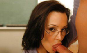 Знойная преподша занялась оральным сексом с лысым студентом
