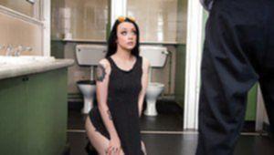 Офисная красотка шпилится с сотрудником в мужском туалете