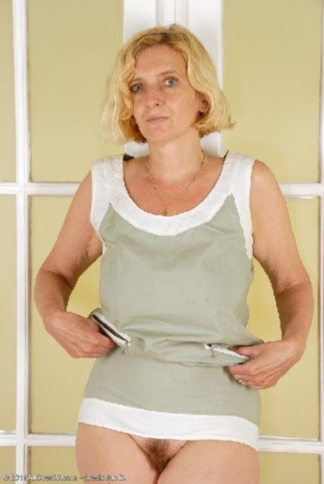 Зрелая женщина показала небритую пизду