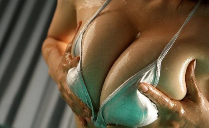 Зрелая крошка в бикини поливает себя маслом