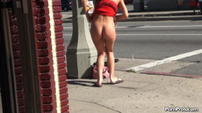 Мужчина на улице поднял платье сучки