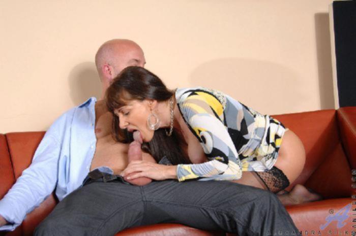 Зрелая женщина в чулках любит ездить по члену