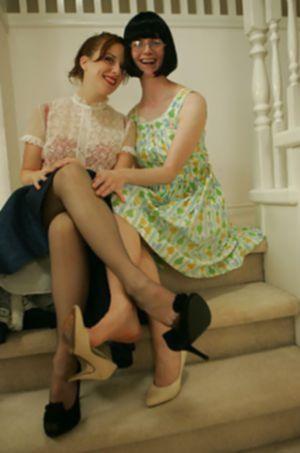Молодые девушки развлекаются в одежде прошлого века