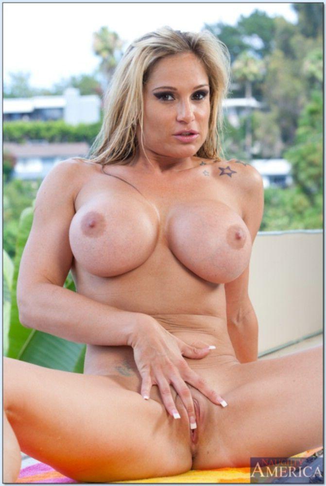 Блондинка с огромной грудью в чулках ждет когда ее выебут